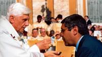 il papa somministra il corpo di cristo a Totò