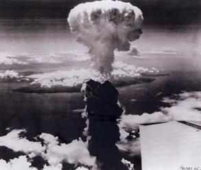 9 agosto 1945: il cielo sopra Nagasaki (U.S. National Archives, RG 77-AEC).